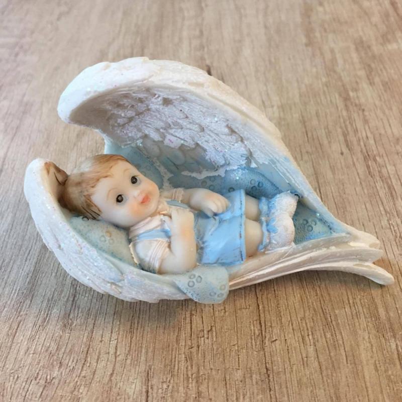 Dieťa - chlapec v anielských krídlach